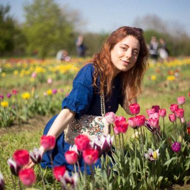 Un parco pieno di tulipani a Scandicci: Wander and Pick con un vestito blu